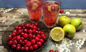 Вишневый компот с яблоками с сахаром