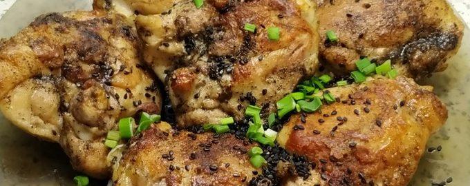 Курица жареная на сковороде с кунжутом