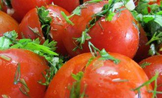 Малосольные помидоры с зеленью и чесноком