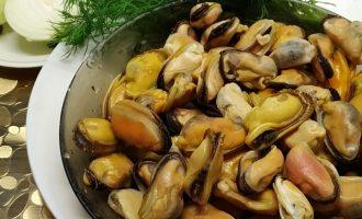 Рецепт мидий с луком