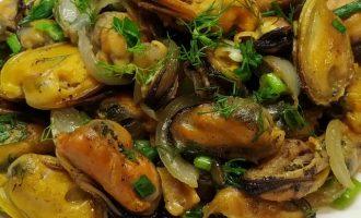 Как готовить мидии с луком пошагово