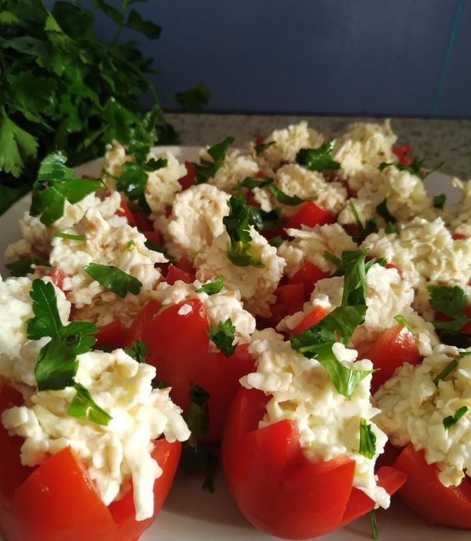 Рецепт помидор, фаршированных сыром с чесноком