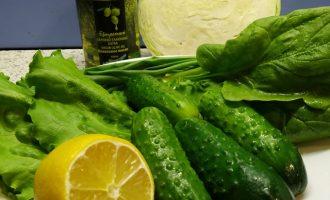 Салат из капусты с огурцом и шпинатом