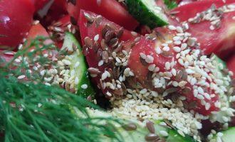 Салат из огурцов и помидоров с луком