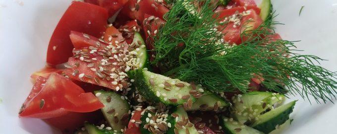 Салат из огурцов и помидоров с базиликом и кунжутом