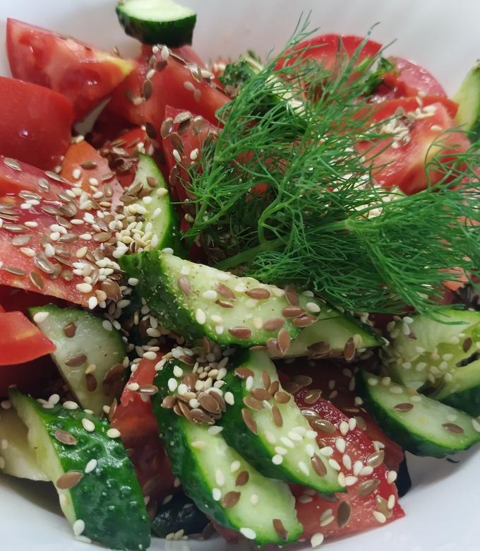Рецепт салата из огурцов и помидоров с луком и маслом