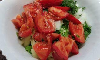 Салат с помидорами огурцами перцем и луком с маслом