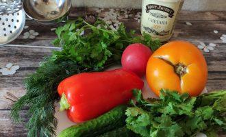 Салат из помидоров, перца, огурцов со сметаной