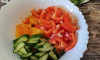 Как приготовить салат из помидоров, перца, огурцов со сметаной
