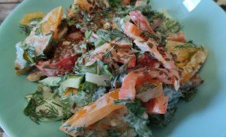 Салат из помидоров, перца, огурцов и лука пошагово