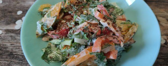 Салат из помидоров, перца и огурцов со сметаной и семенами льна