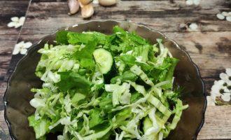 Фото салата из свежей капусты с огурцом.
