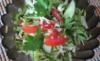 Рецепт вкусного салата из капусты с помидорами и сулугуни