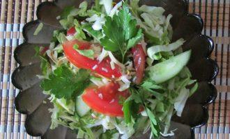 Салат из свежей капусты с помидорами и сулугуни