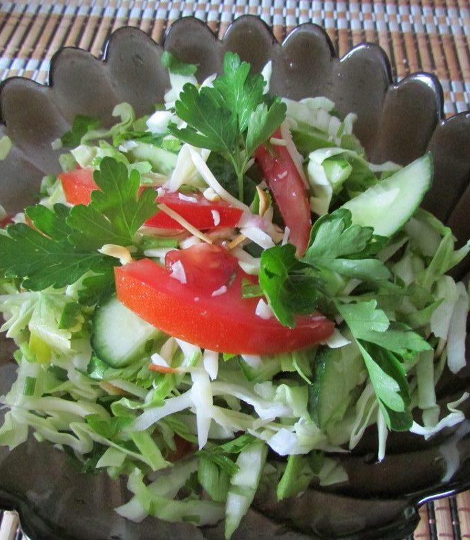 Вкусный салат из свежей капусты, помидоров и сулугуни