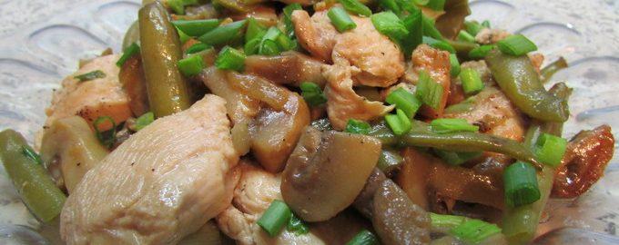 Теплый куриный салат с фасолью и грибами