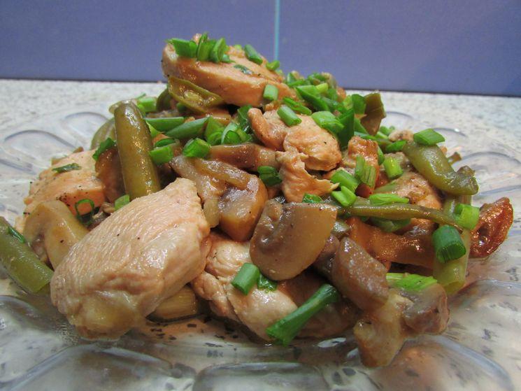 Теплый куриный салат с овощами