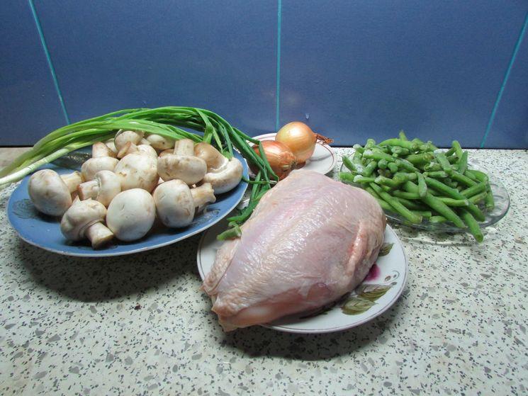 Теплый салат с грибами и куриным филе